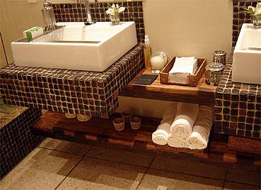 banheiros com pastilhas marrons