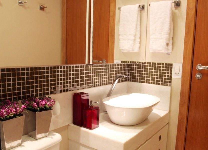 banheiro com pastilhas marron