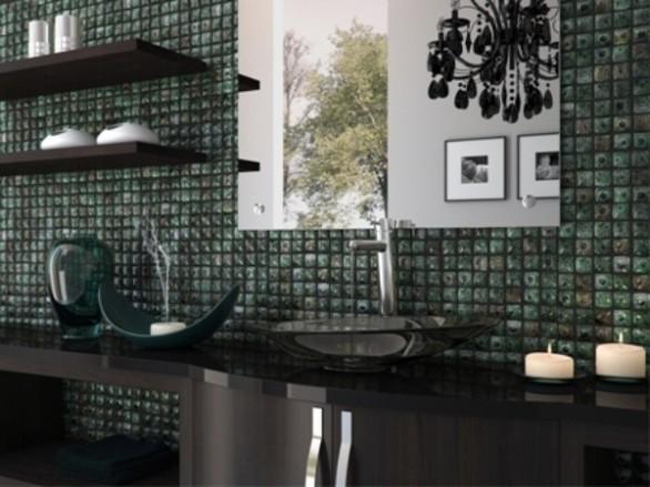 decoracao banheiro pastilhas : decoracao banheiro pastilhas:Banheiro moderno com pastilhas em tons escuros e prateleiras decoradas
