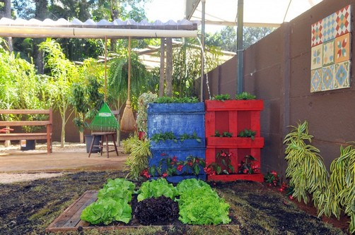 grades madeira jardim:Fazer um jardim vertical com paletes é algo que pode ser muito